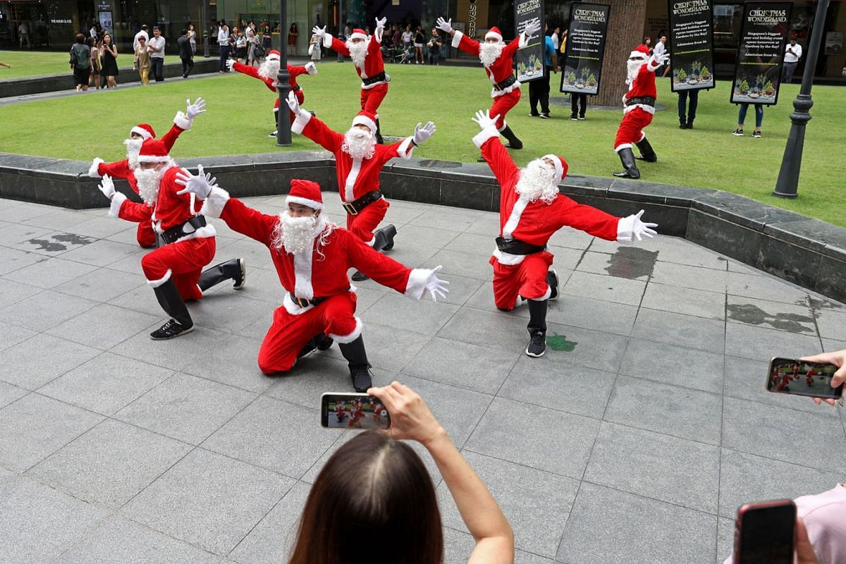 Santas dancing during a flash mob in front of One Raffles Place on Nov 28, 2019. PHOTO: THE STRAITS TIMES/MARCELLIN LOPEZ