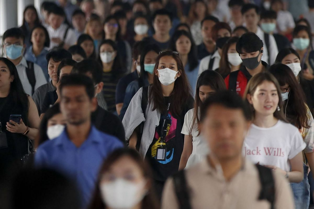 People wear face masks to guard against poor air quality in Bangkok, Thailand, 10 Jan, 2020. Air quality in Bangkok remains poor, prompting people to wear masks when outdoors and limit their outdoor activities.