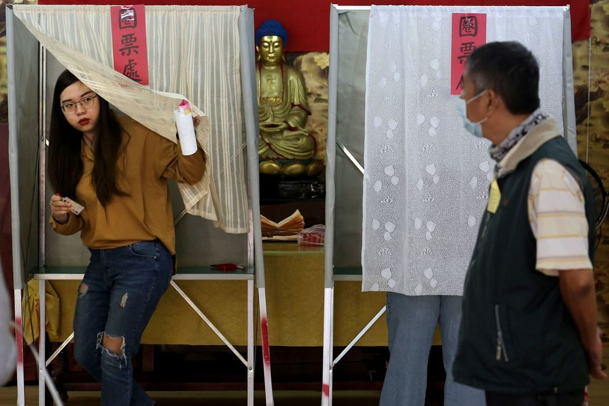 Local residents vote at a polling station at Linyuan District in Kaohsiung on Jan 11, 2020.