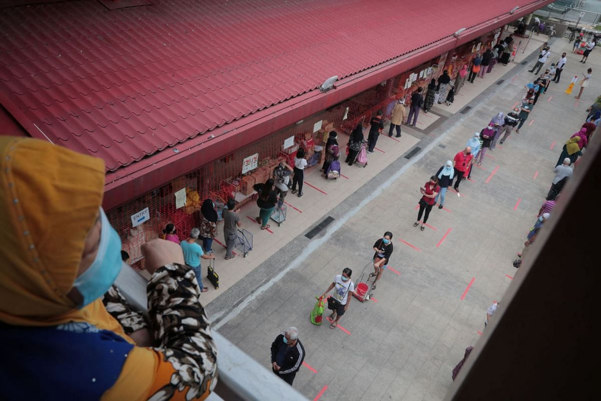 Shoppers queuing to enter Geylang Serai Market on May 22, 2020, ahead of Hari Raya Aidilfitri celebrations on Sunday. PHOTO: THE STRAITS TIMES/JASON QUAH