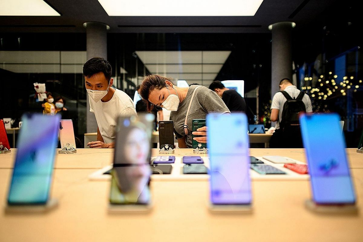 People checking out smartphones at the Huawei flagship store in Shenzhen, China, last month. While most major smartphone-makers have seen sales decline, Xiaomi, which sells more affordable phones, saw sales rise in the first quarter of the year.