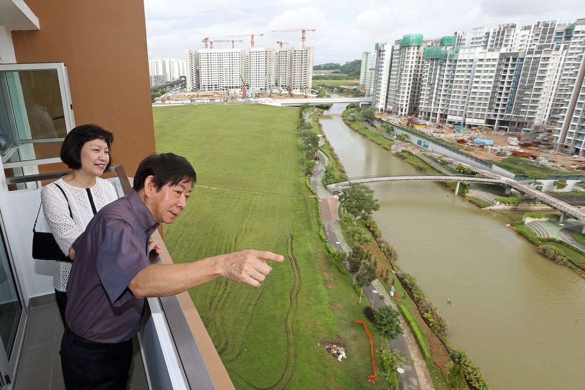 Mr Khaw Boon Wan, as Minister for National Development, with HDB CEO Cheong Koon Hean viewing the projects along Punggol Waterway on Dec 29, 2014.