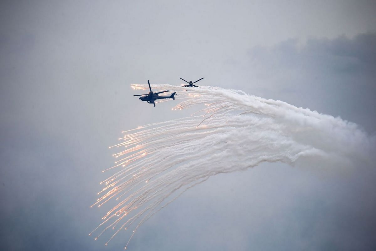 Boeing Co. AH-64E Apache helicopters release flares during the Republic of China Armed Forces' annual Han Kuang military exercise in Taichung, Taiwan, on Thursday, July 16, 2020. PHOTO: BLOOMBERG