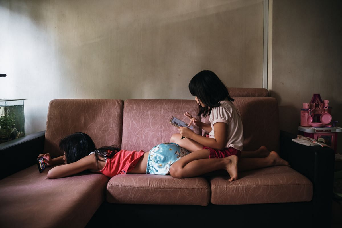 The siblings enjoying their free time as they were watching videos and playing games on their mobile devices at the living room sofa, although usually they would be at their shared desktop. In the sisters' relationship, Yan Yun, although younger, see