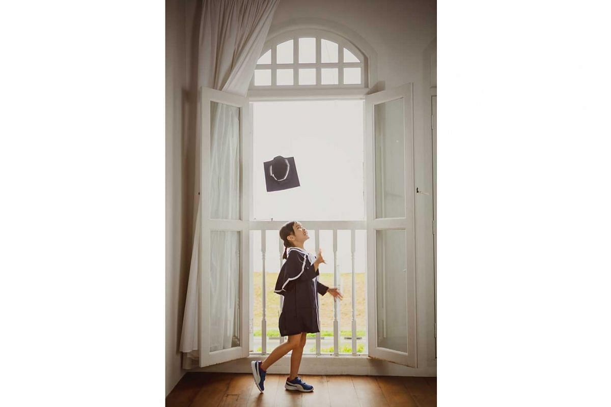 Photo studios report a spike in the number of inquiries from parents about K2 graduation pictures this year. Oh Dear Studio says parents like lifestyle photos such as this instead of the usual ones taken in school.