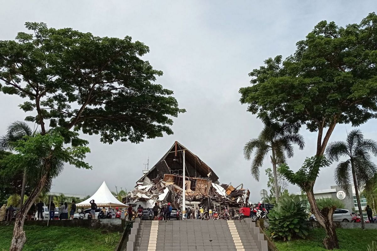 People look at the damaged governor of West Sulawesi province's office following an earthquake in Mamuju, West Sulawesi province, Indonesia, Jan 15, 2021 in this photo taken by Antara Foto.