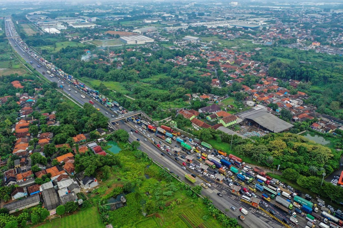 An aerial view of a traffic jam at the Cikupa Toll Gate during on the first day of a national travel ban as Indonesia halts sea, land, air, and rail travel from May 6 to 17 for the Eid al-Fitr celebrations in Banten Province, Indonesia, in this phot