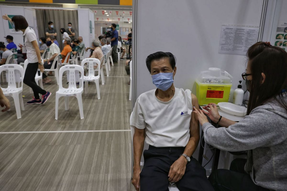 Mr Harry Oh, 71-year-old retiree, receiving his booster jab at Teck Ghee Community Club on Sep 15, 2021.
