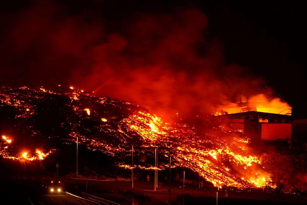Dung nham đốt cháy các tòa nhà sau vụ phun trào của núi lửa Cumbre Vieja ở Tacande, Tây Ban Nha, ngày 9 tháng 10 năm 2021.
