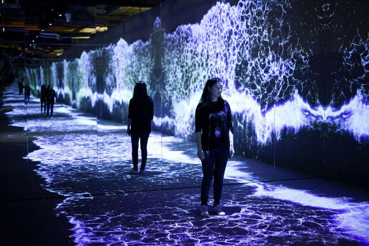 Soo Cho, Phó Giám đốc SUUM tạo dáng với tác phẩm sắp đặt 'Starry Beach' của nghệ sĩ a'strict, được trưng bày tại 'LUX', một triển lãm mới về nghệ thuật truyền thông đương đại diễn ra tại 180 Strand ở London, Anh, ngày 10 tháng 10 năm 2021.