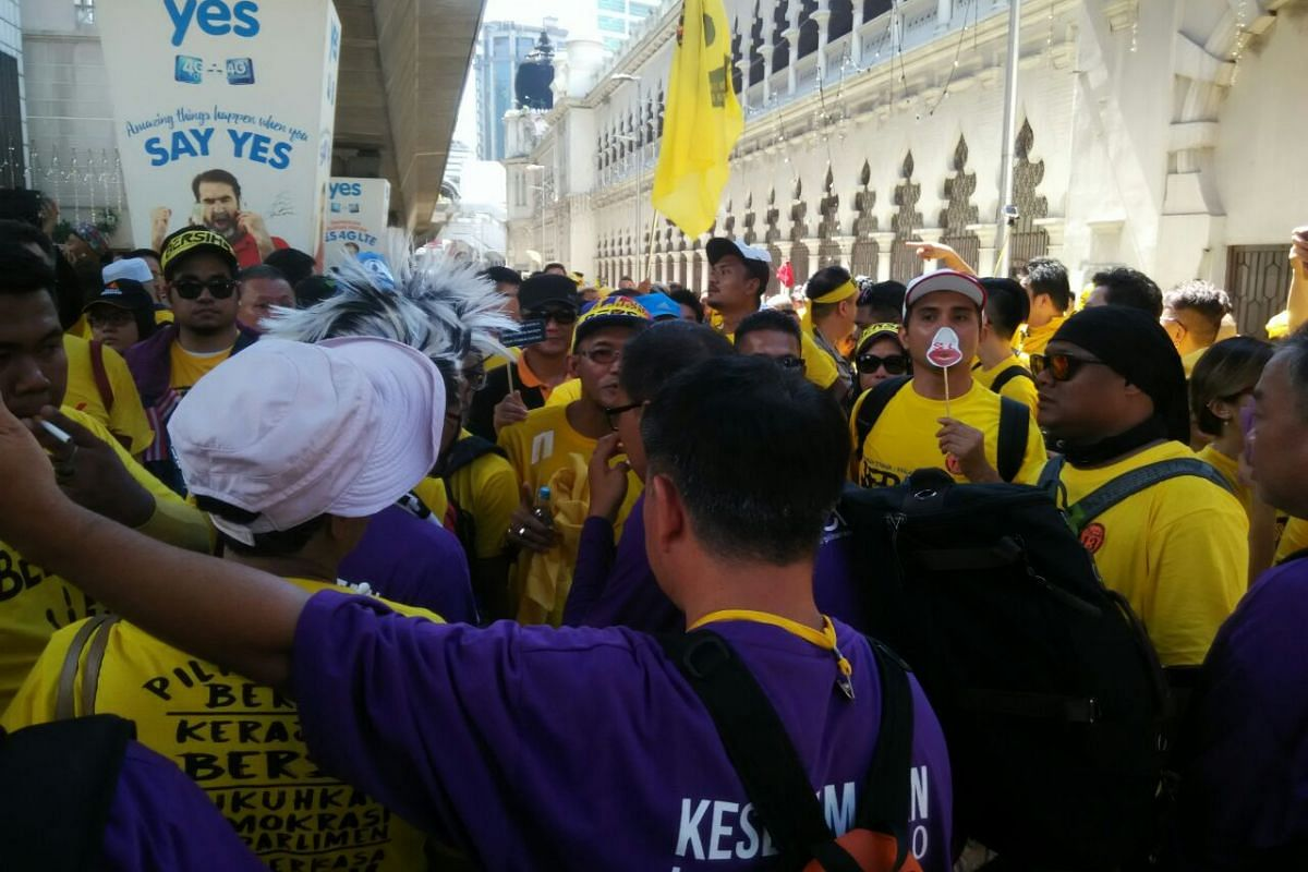 Bersih security in purple stopping marchers about 10m ahead of the police barricade.