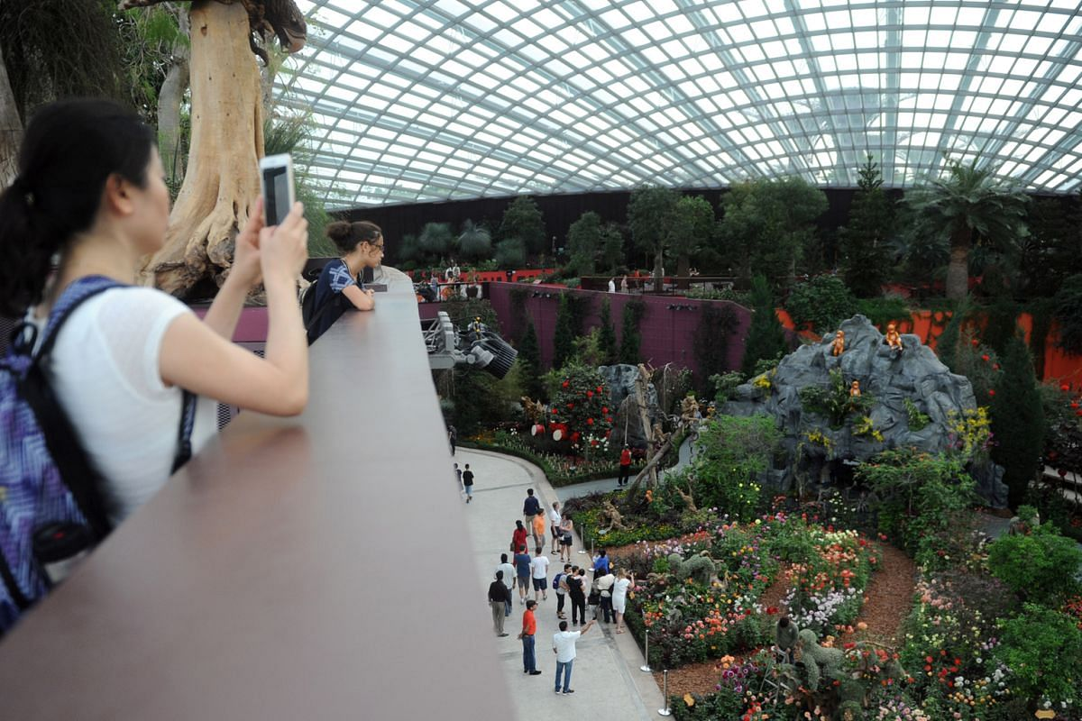 Lasalle College of the Arts. Gardens by the Bay. Looking at a model of Singapore are (from left) Ms Agnes Chua, director (corporate management) at the DesignSingapore Council; Ms Tan Yen Fen, docent at the Urban Redevelopment Authority; Mr Xu Ting, s