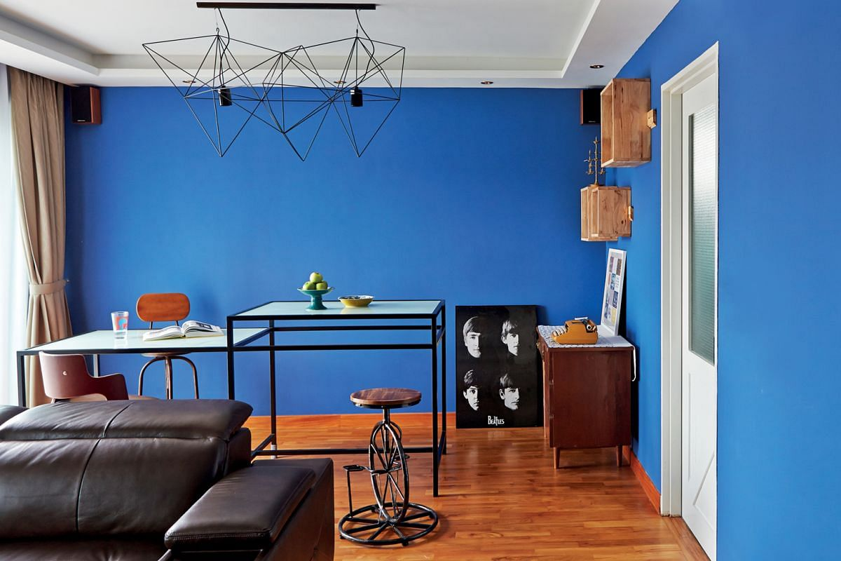 The split-height dining table (above) was formerly a hotel buffet table which the owners bought from a second- hand store and restored with a black powder- coated finish; and the open- concept master bedroom (left). Resembling crates, the display she