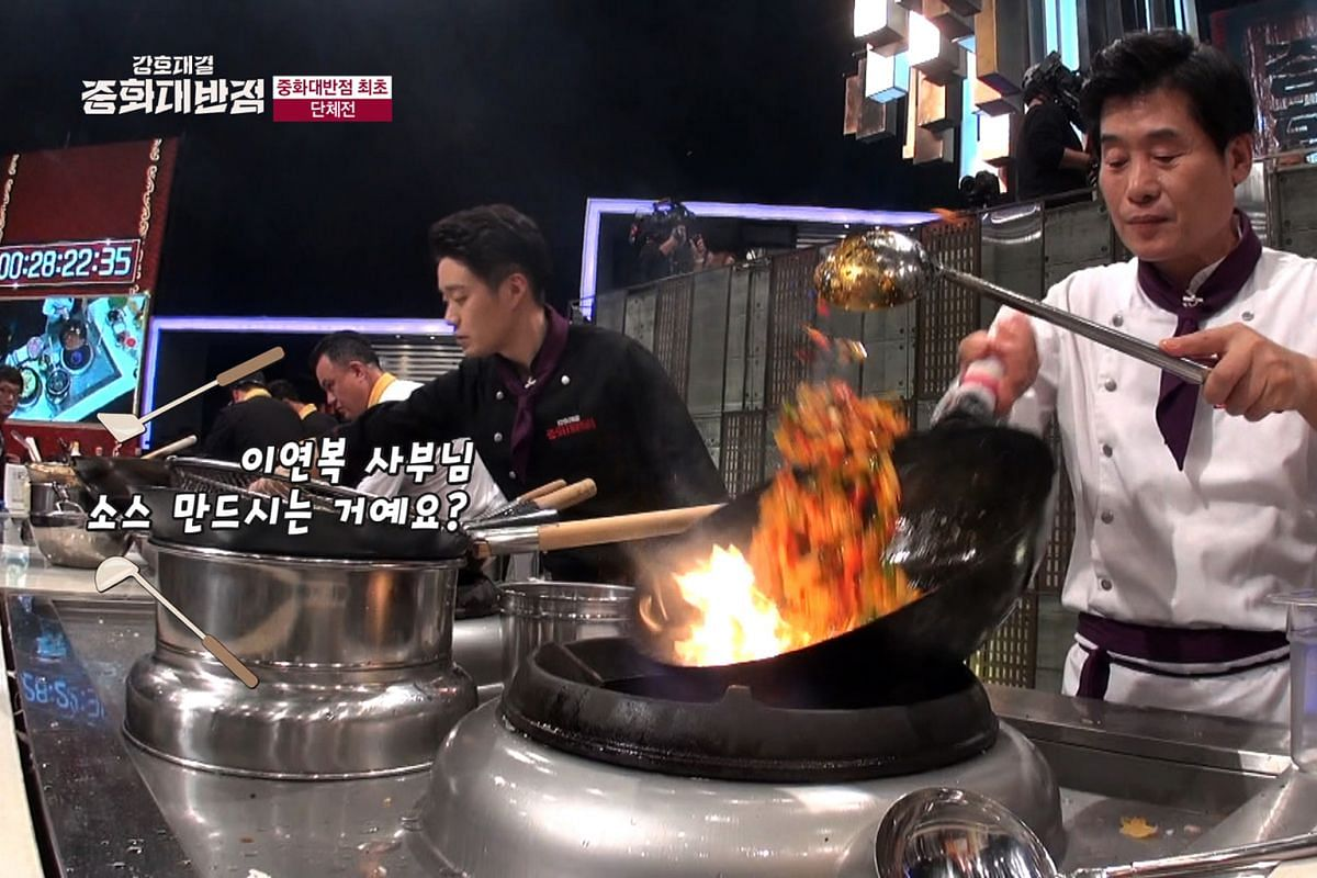 Korean chef Lee Yeon Bok (in white) on the cooking show The Great Chinese Food Battle.